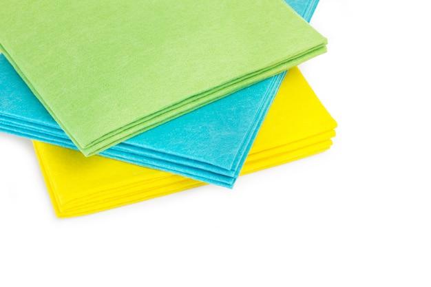 Цветная целлюлозная губчатая одежда, изолированные на белом фоне