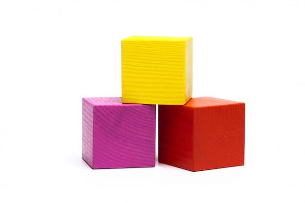 Цветные детские кубики на белом фоне