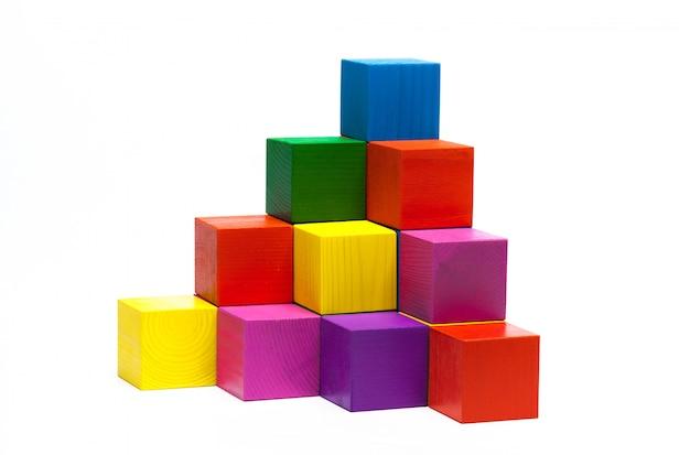 Цветные детские кубики на белом изолированные
