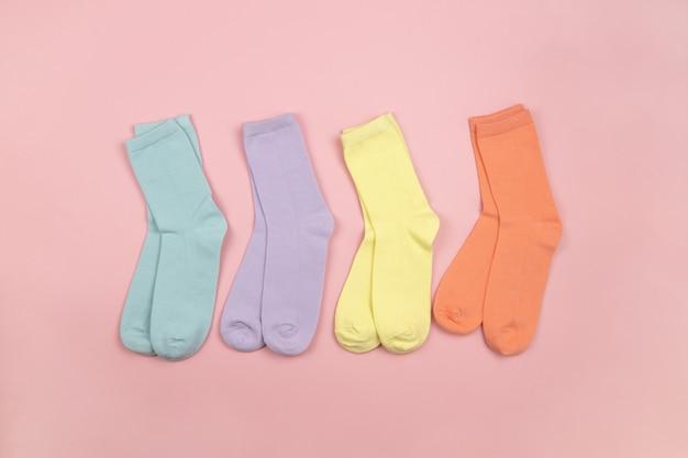 パターンのない色付きの子供用靴下、青、ライラック、黄色、オレンジ。子供服。