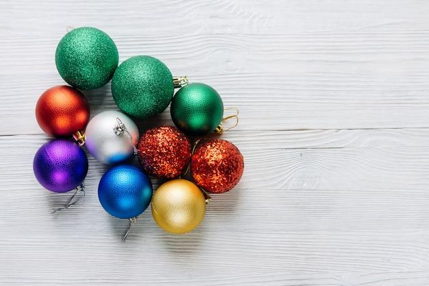 흰색 나무 테이블에 컬러 크리스마스 장식입니다.