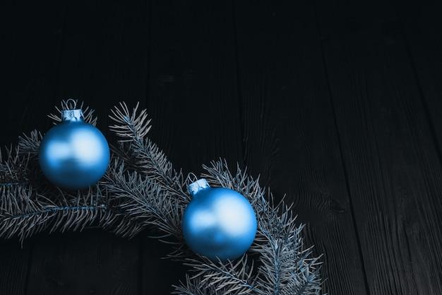 검은 나무 테이블에 컬러 크리스마스 장식입니다. 나무 배경 크리스마스 공입니다.
