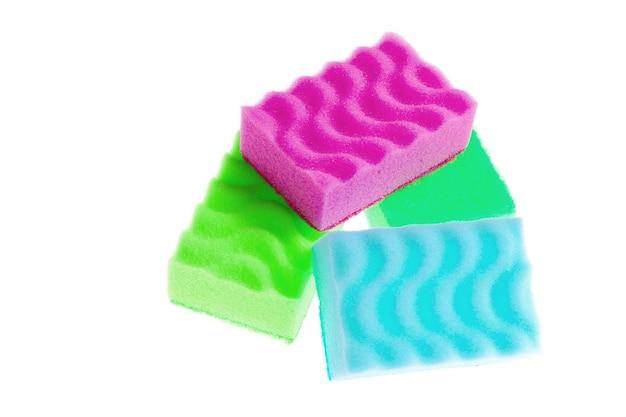 Цветные чистящие губки, изолированные на белом фоне.