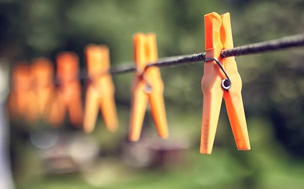 Цветная прищепка на веревке на открытом воздухе