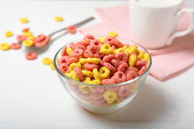 테이블 클로즈업에 아침 식사를 위한 컬러 옥수수 링