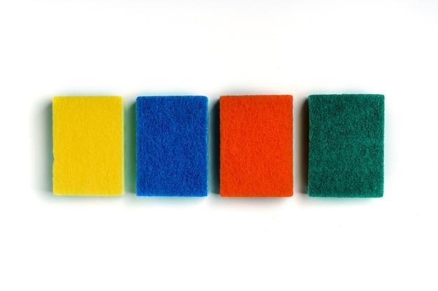 Цветные губки для мытья посуды на изолированном белом фоне