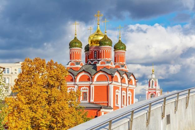 Цветные купола православной церкви в историческом центре москвы в солнечном свете на фоне драматического неба