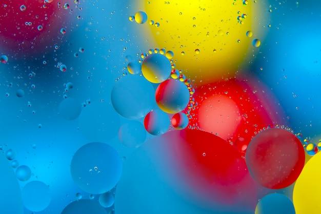 Цветные капли масляной жидкости на стекле. абстракция фон текстура