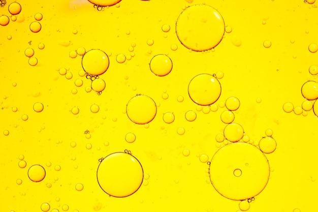 ガラス上の色付きの水滴。デザインの背景。高品質の写真