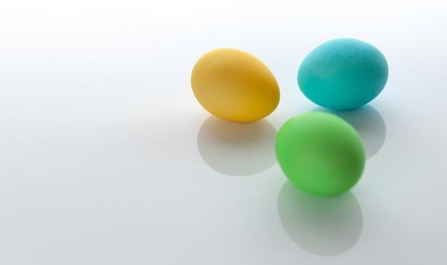 Цветное пасхальное яйцо на белом фоне. пасха.