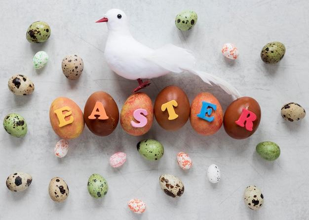 착 색된 부활절 달걀과 장식 비둘기