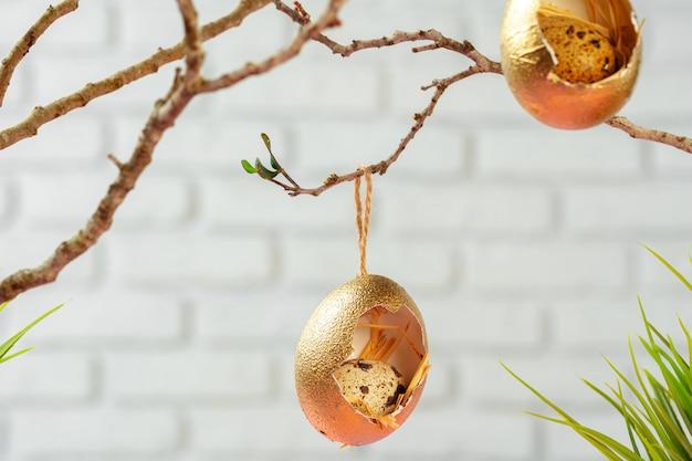마른 나뭇 가지에 매달려 색된 부활절 달걀입니다. 부활절 개념