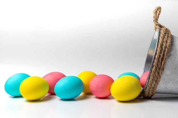 Цветные пасхальные яйца на белом фоне