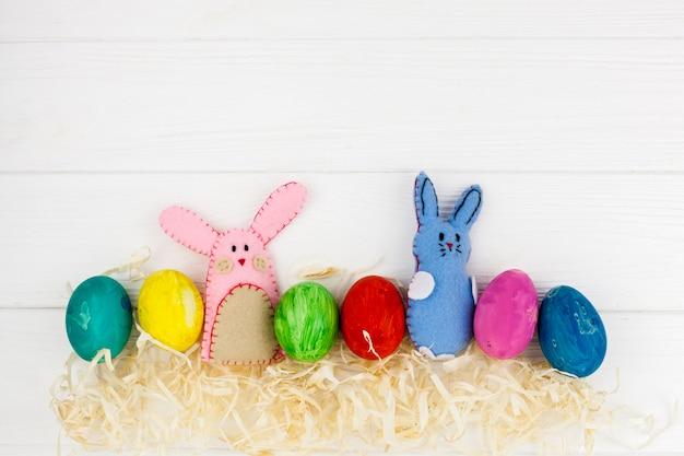 귀여운 토끼 근처 색 계란