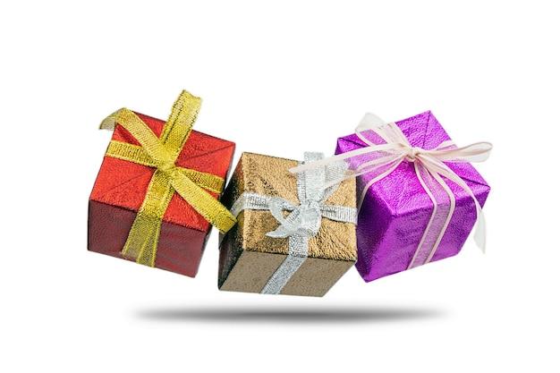 흰색으로 격리된 크리스마스 또는 새해를 위한 활이 있는 컬러 선물 상자