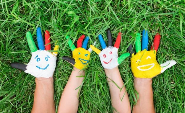 Цветные руки с улыбкой, нарисованные красочными красками