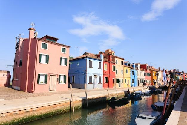 色付きの家の眺め。ヴェネツィアのブラーノ島。