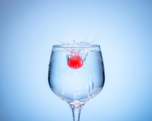 色のついた氷球がカクテルグラスに落ちて水しぶきを上げた。