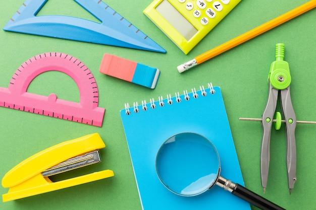 明るい背景の学校のための着色されたアイテム。高品質の写真