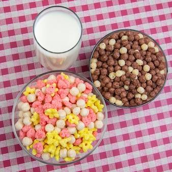 色付きの軽食。皿とミルクのグラスで朝食。食事とカロリー。デザートフード。