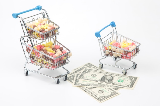 시장 바구니와 달러에 색깔의 가벼운 간식. 디저트 음식
