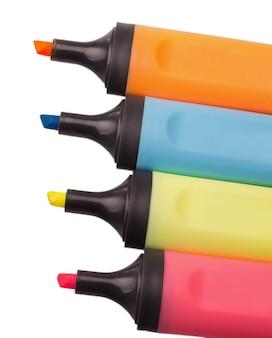 Цветные маркеры, вырезанные на белом фоне