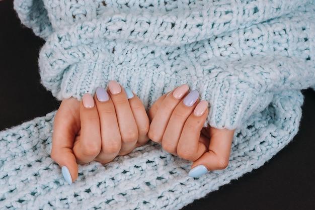 Цветные ногти на синем фоне