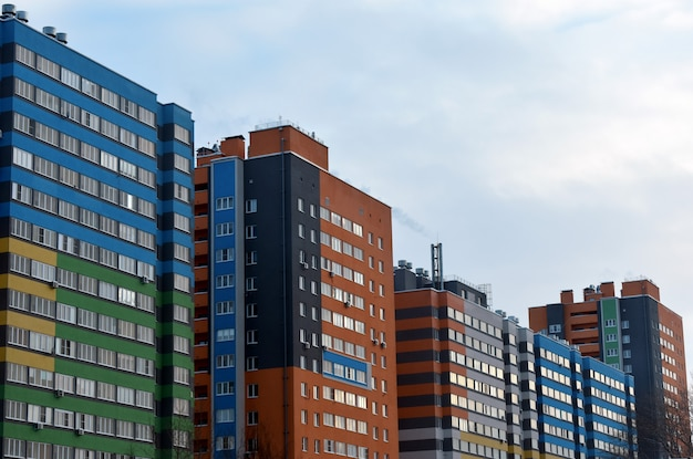 色付きの新しい高層ビル