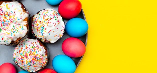 黄色の色の塗られた卵。