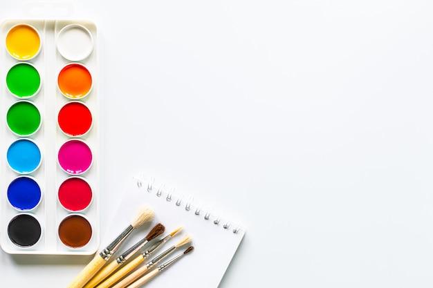 Цветные краски для рисования на белом фоне с копией пространства.