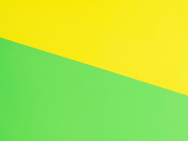 黄色と緑の色紙の背景。上面図