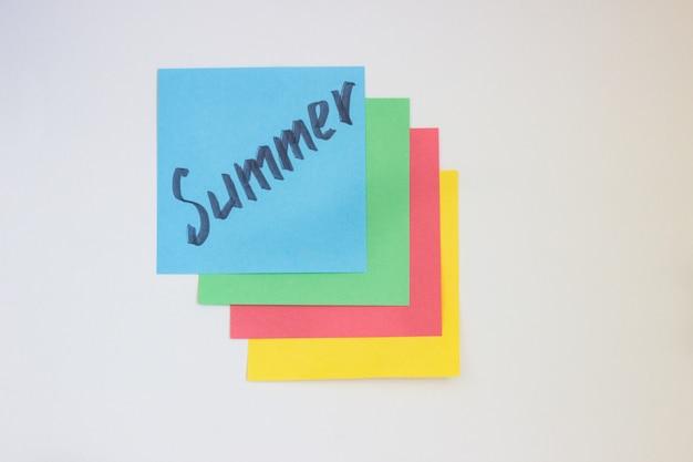 Цветная бумага для письма на белом фоне