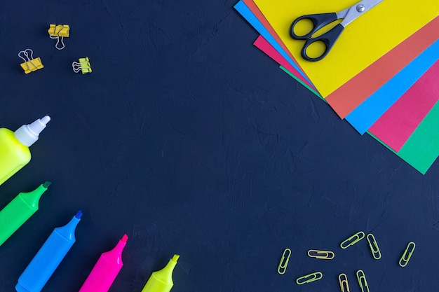 Ножницы для цветной бумаги клей и фломастеры