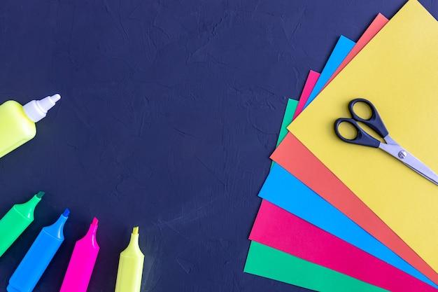Ножницы для цветной бумаги приклеивают маркеры на доске обратно в школу