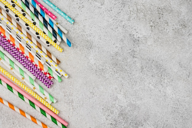 Цветные бумажные соломинки копией пространства