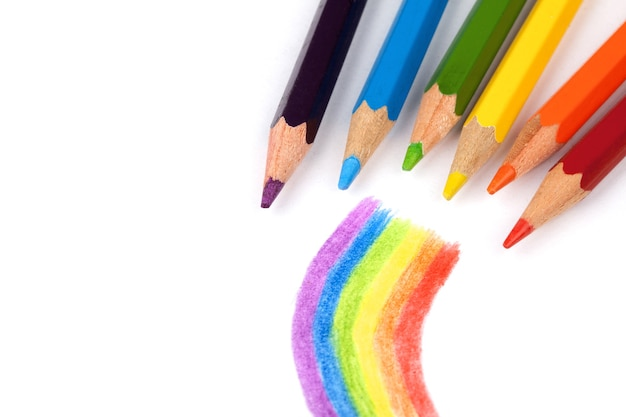 Цветные карандаши и радуга.