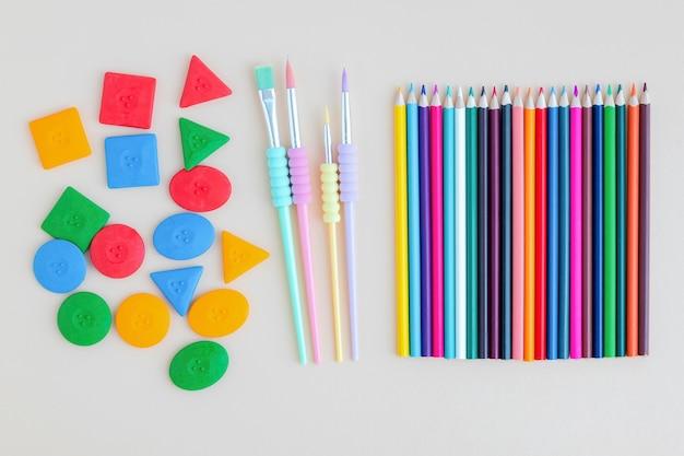 色鉛筆とブラシ、ワックスクレヨン