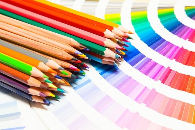 모든 색깔의 색연필과 컬러 차트