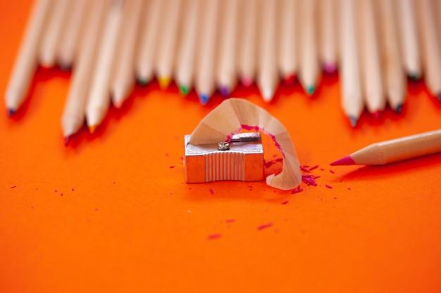 Цветные карандаши и точилка для карандашей