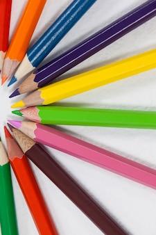 半円形に配置された色鉛筆