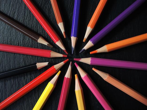 ホイールに配置された色鉛筆
