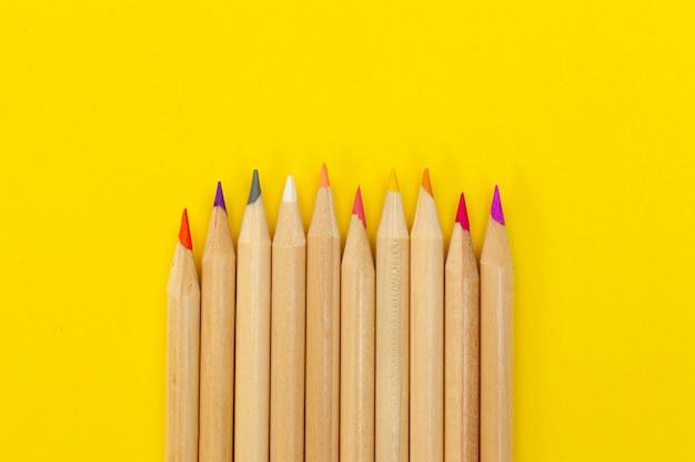 Цветные карандаши копируют пространство, высокий вид