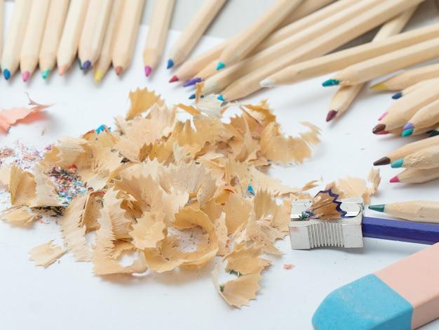 Цветные карандаши, ластик и точилка для карандашей