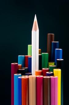 어두운 배경에 그리기위한 색연필입니다. 교육과 창의성. 여가와 예술