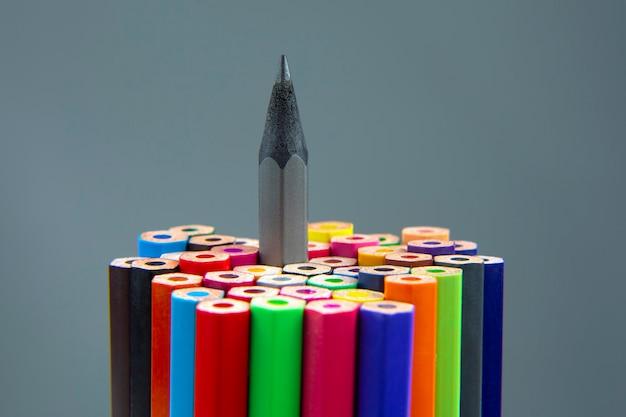 회색 표면에 그리기위한 색연필입니다. 교육과 창의성. 여가와 예술