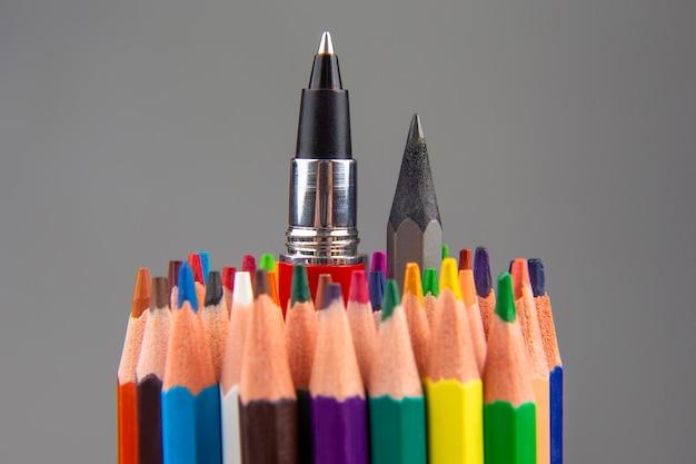 회색에 그리기위한 색연필