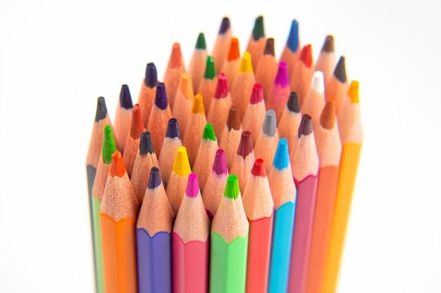 Цветные карандаши для рисования на белом фоне. образование и творчество. досуг и искусство