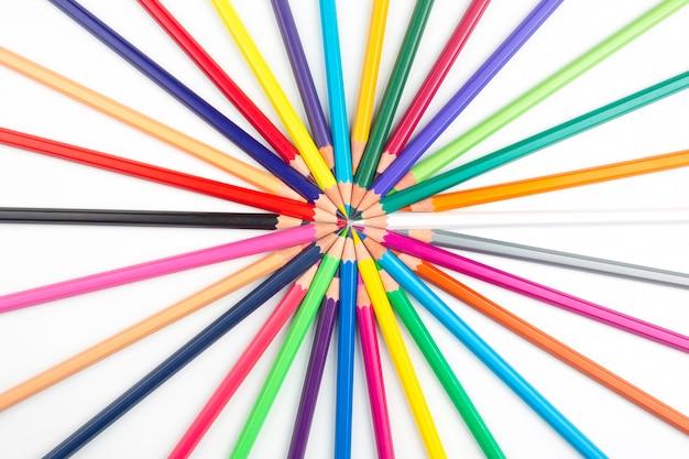 Цветные карандаши для рисования на белом фоне.
