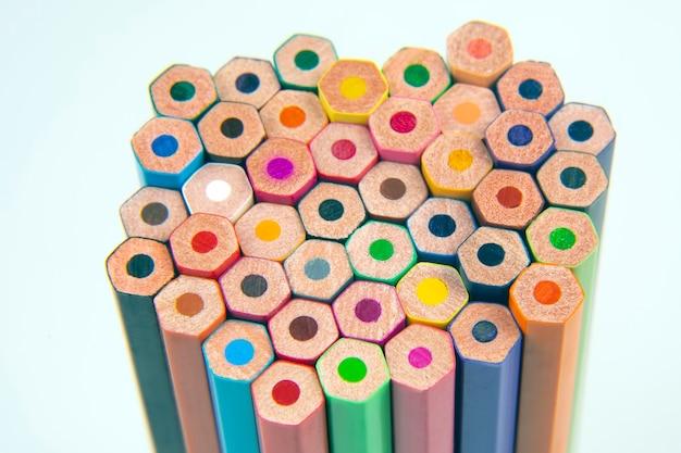 흰색에 그리기위한 색연필입니다. 교육과 창의성. 여가와 예술