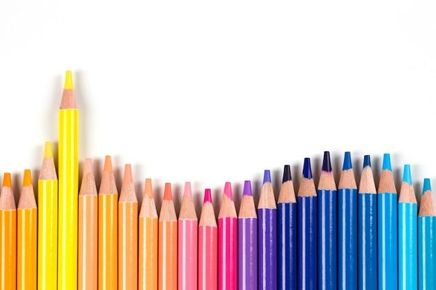 Цветные карандаши рамка на белом фоне вид сверху обучение искусство разнообразие творческие развлечения кон ...